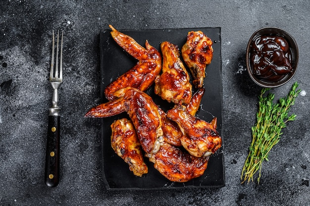 Alitas de pollo asado caliente con salsa bbq. vista superior.