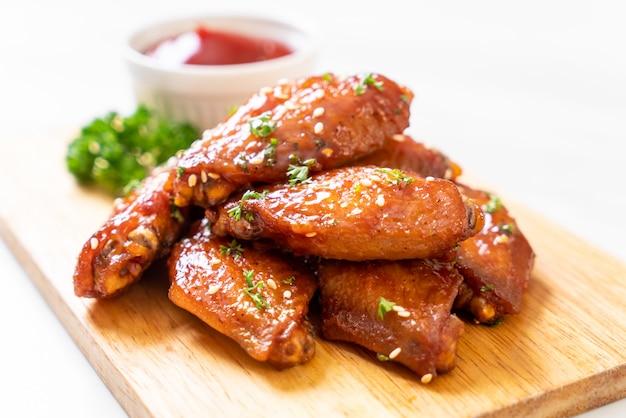 Alitas de pollo a la barbacoa con sésamo blanco