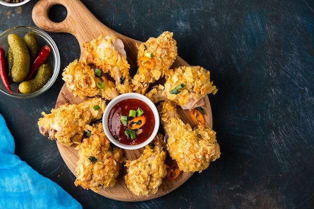 Alitas de pollo empanadas. alitas de pollo fritas. comida americana