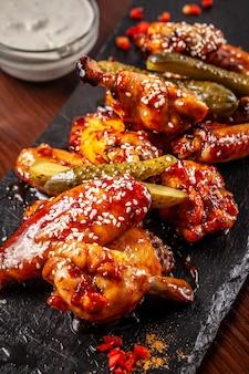 Alitas de pollo fritas americanas asadas en salsa de glaseado.