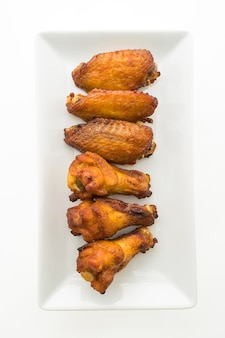 Alitas de pollo a la parrilla en plato blanco