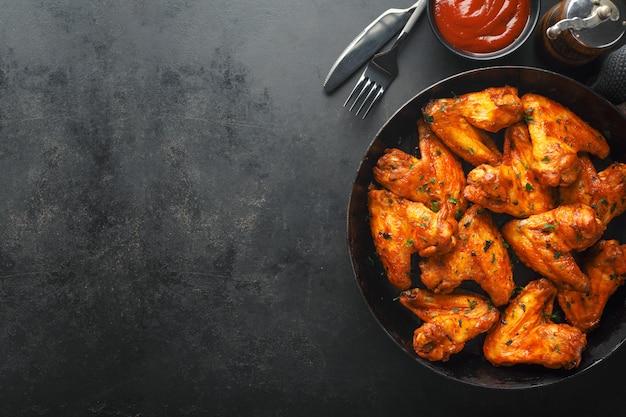 Alitas de pollo a la parrilla en salsa en sartén