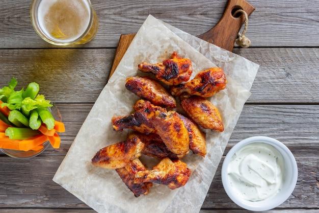 Alitas de pollo a la parrilla con salsa