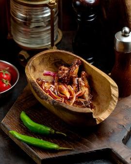 Alitas de pollo en salsa teriyaki con cebolla