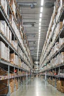 Almacén y centro de distribución con mucho stock; rápidamente muebles, decoración del hogar en el estante