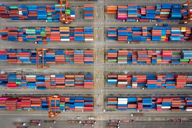 Almacén de contenedores y vista superior aérea de la grúa en tailandia