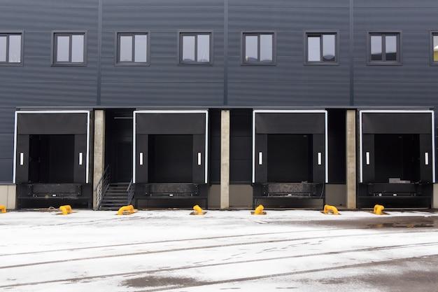 Almacén de distribución con puertas de carga para la carga de mercancías.