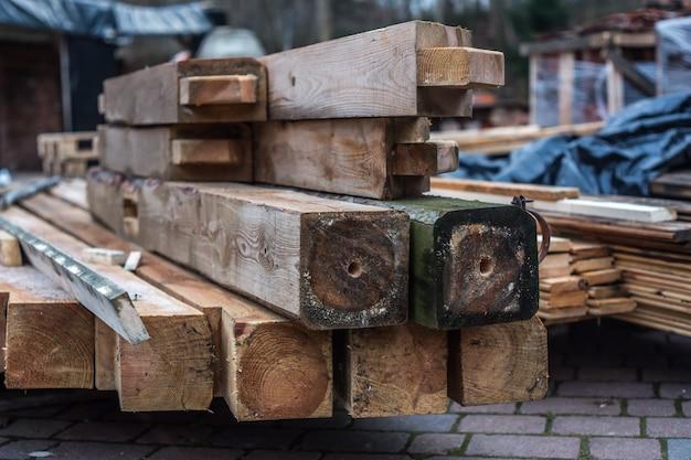 Almacén de tablones de madera en la calle