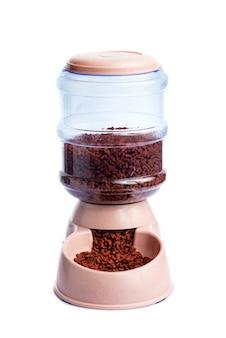 Almacenamiento de alimentos secos para mascotas dispensador de alimentos para mascotas o dispensador de alimentos para mascotas sobre un fondo blanco.