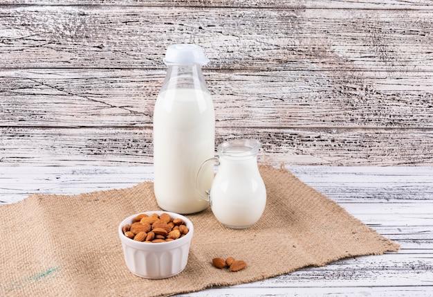 Almendras y leche en un tazón blanco