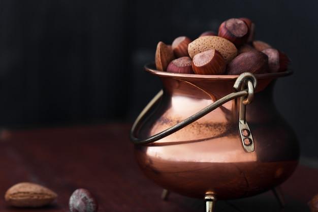Almendras, nueces y avellanas en un recipiente metálico