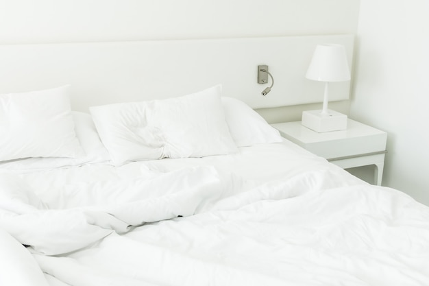 Almohada blanca en cama arrugada