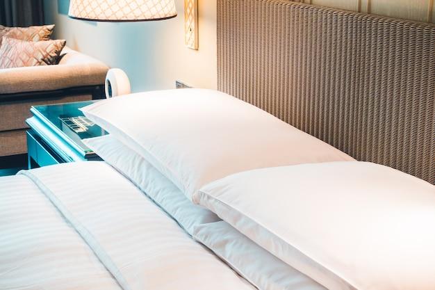 Almohada blanca en la cama