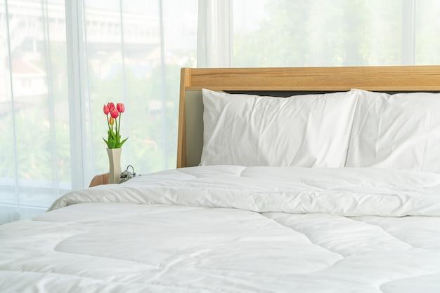 Almohada blanca en la decoración de la cama en el dormitorio
