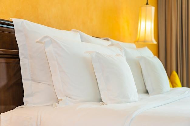 Almohada blanca en el interior de la decoración de la cama del dormitorio