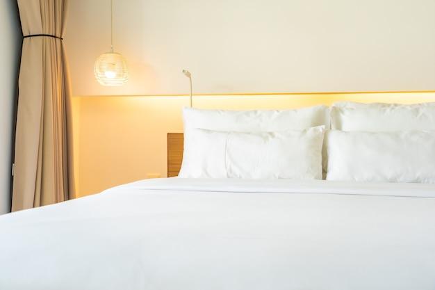 Almohada blanca y manta en el interior de la decoración de la cama del dormitorio