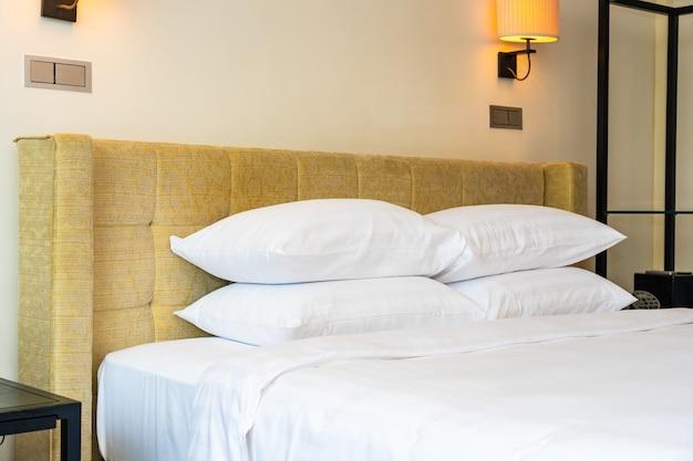 Almohada blanca y manta con interior de decoración de lámpara de luz