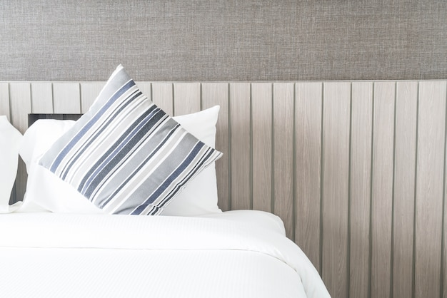 Almohada en la cama de decoración en el dormitorio
