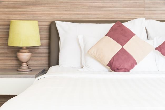 Almohada de cama en dormitorio