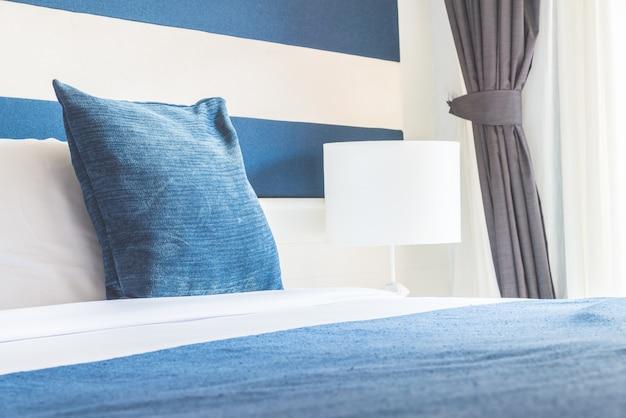 Almohada de cama en hotel de lujo