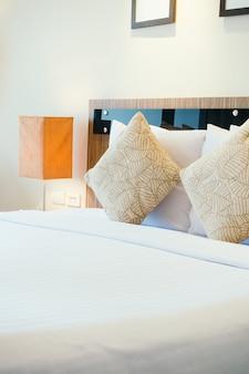 Almohada en cama con lámpara de luz