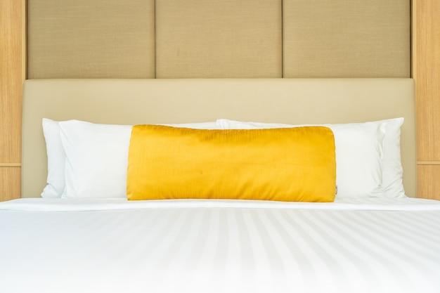 Almohada en la cama con manta decoración interior