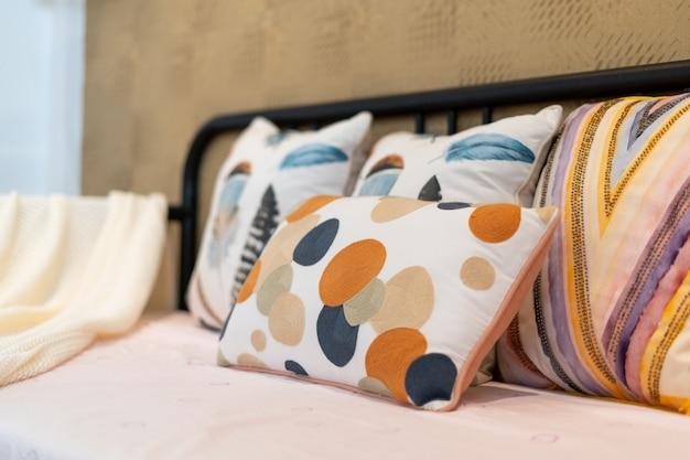 Almohada colorida en el sofá con espacio brillante