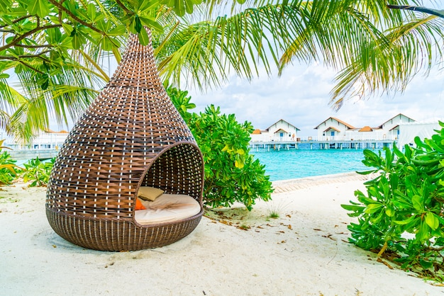 Almohada en la decoración del sofá patio al aire libre con vista tropical y de la naturaleza