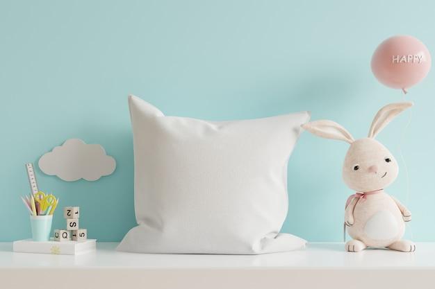 Almohada en la habitación de los niños en la pared de colores azules. representación 3d