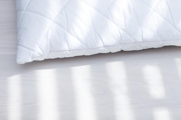 Almohada hipoalergénica blanca en día soleado, luz del sol. concepto de ácaros del polvo de alergia.
