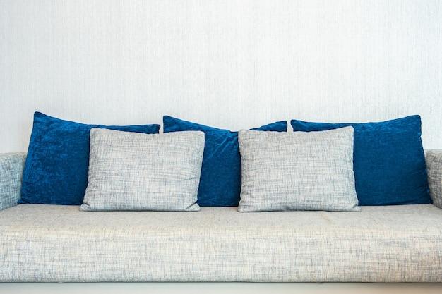 Almohada en el interior de la decoración del sofá de la sala de estar
