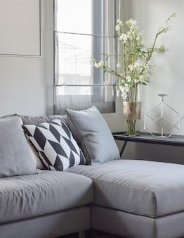 Almohada de patrón paralelogramo y almohadas grises en gris así que