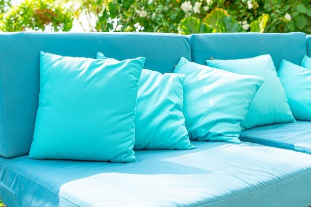 Almohada en sillón, decoración exterior