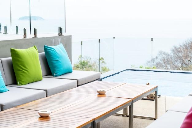 Almohada en el sofá decoración patio al aire libre