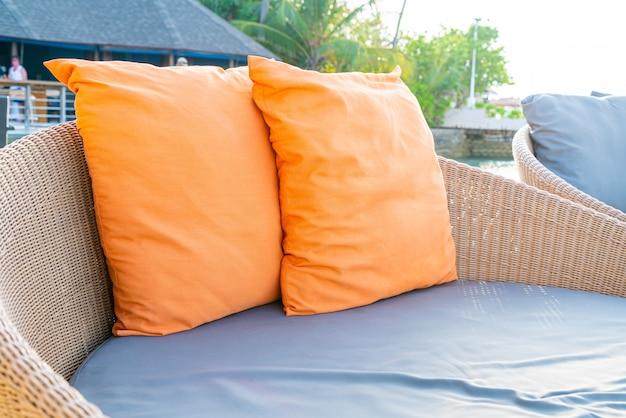 Almohada en el sofá de la terraza.