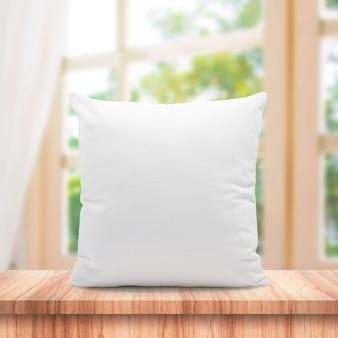 Almohadas en blanco hechas de plumas suaves en la ventana de la mañana y cortinas