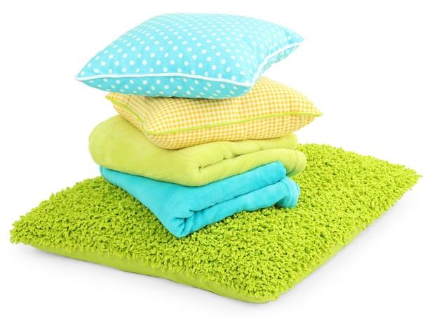 Almohadas de colores y cuadros aislados en blanco