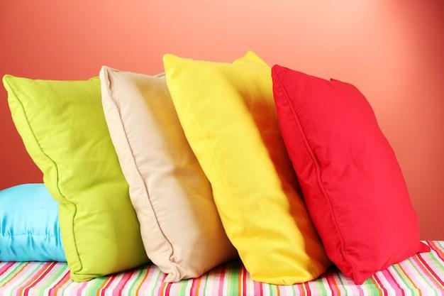 Almohadas en el espacio rojo