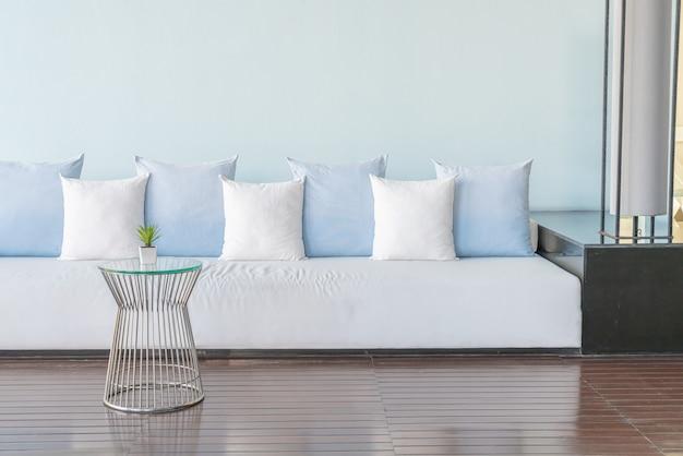 Almohadas hermosas y cómodas en el sofá