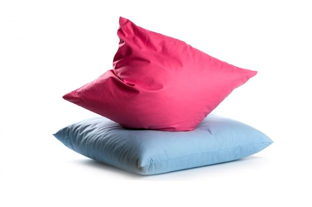 Almohadas rosadas y azules aisladas en el fondo blanco