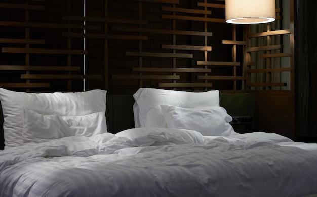 Almohadas y sábanas en la habitación del hotel.