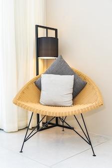 Almohadas en silla