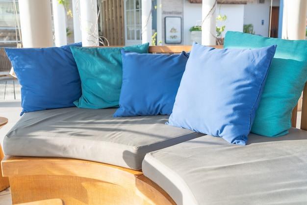Almohadas en el sofá