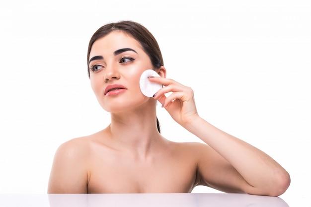 Almohadilla de algodón mujer concepto cosmético clen piel maquillaje belleza cara aislado