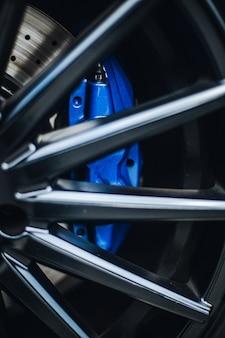 Almohadillas azules en el volante de un automóvil.