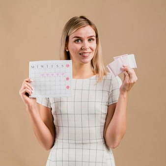 Almohadillas y calendario de época en manos de una mujer