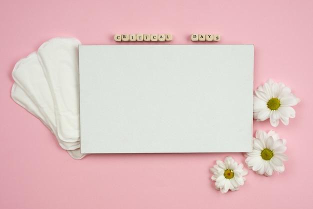 Almohadillas femeninas y papel blanco