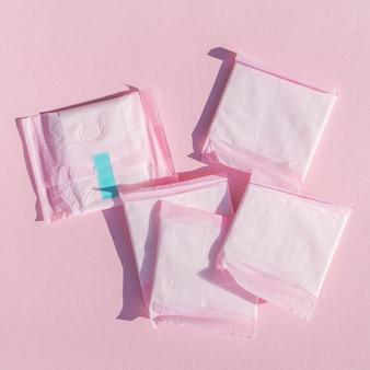 Almohadillas de primer plano en plástico de envoltura rosa