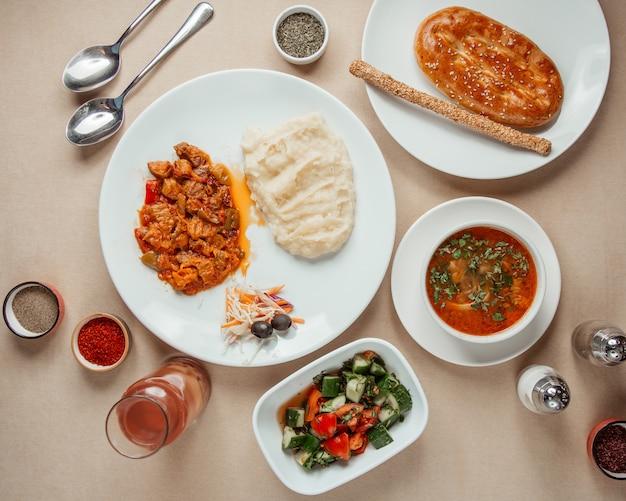 Almuerzo conjunto chocan salat borschc carne con puré de papa vista superior
