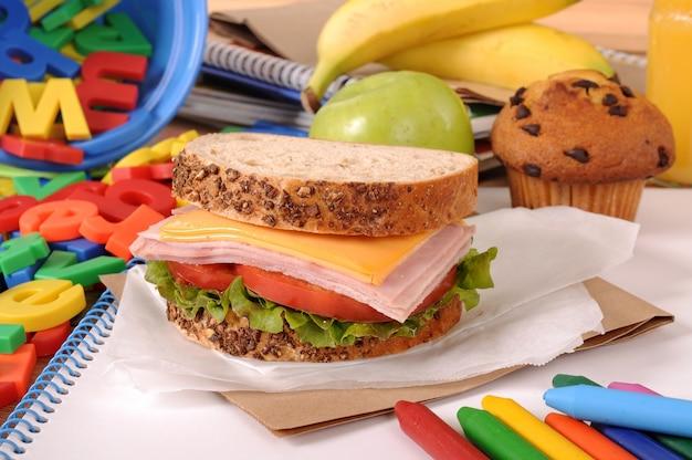El almuerzo escolar en el escritorio del aula